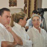 Uribe se retira de misa para no dar el saludo de la paz