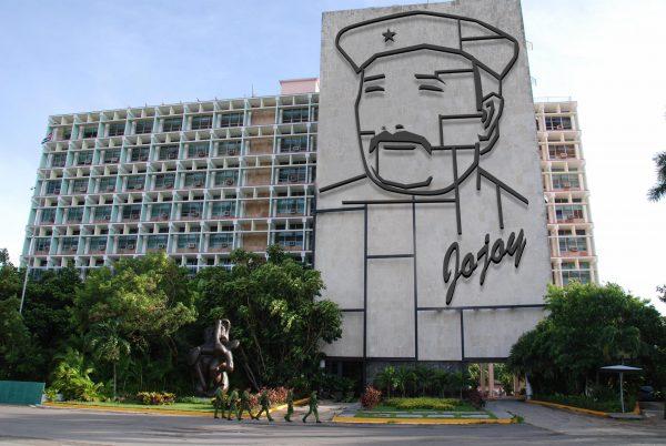 El polémico monumento ha desatado la indignación de muchos colombianos y ha puesto en peligro el proceso de paz.