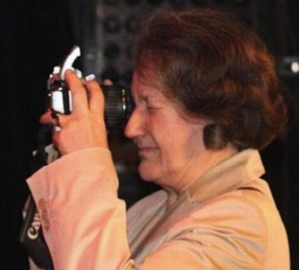 La tía Carmencita, practicando el arte de la fotografía