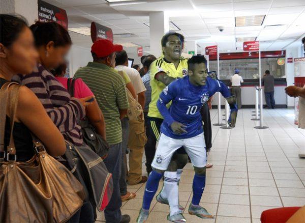 Empujar a alguien en una fila se ha puesto de moda en Colombia tras el partido contra Brasil.