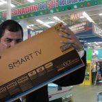 Rafael Correa gana televisor luego de comprar en Alkosto de Ipiales