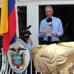 Aprovechan salida de Assange al balcón para cambiarle las sábanas