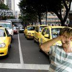 Taxista comete infracción y se lincha a sí mismo