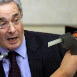 «¿Dónde están las pistolas de silicona de la Far?» pregunta ahora Álvaro Uribe