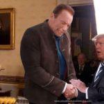 Trump sufre lesión tras apretón de mano de Arnold Schwarzenegger